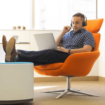 Jeune commercial qui utilise son ordinateur pour vendre lors de sa journée de travail