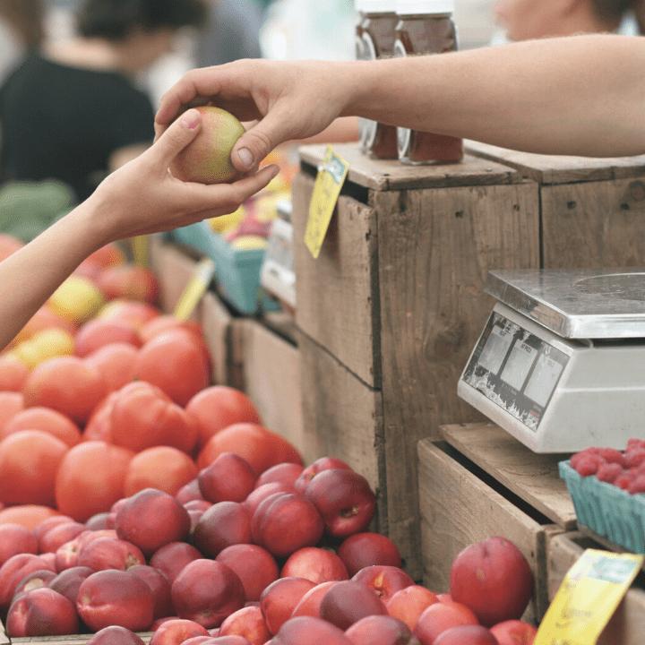 Étale de fruits dans un supermarché