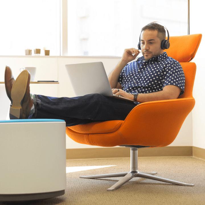 Jeune commercial qui utilise son ordinateur pour vendre à distance