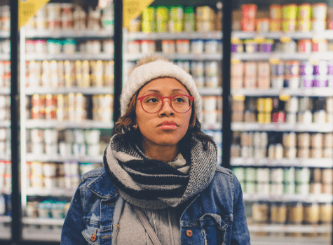 Jeune étudiante qui apprend les métiers de la grande distribution dans les rayons d'un supermarché