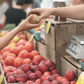 Un employé commercial qui aide une cliente dans un supermarché