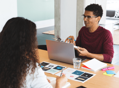 Jeune alternant en Bachelor Marketing qui mène une réunion