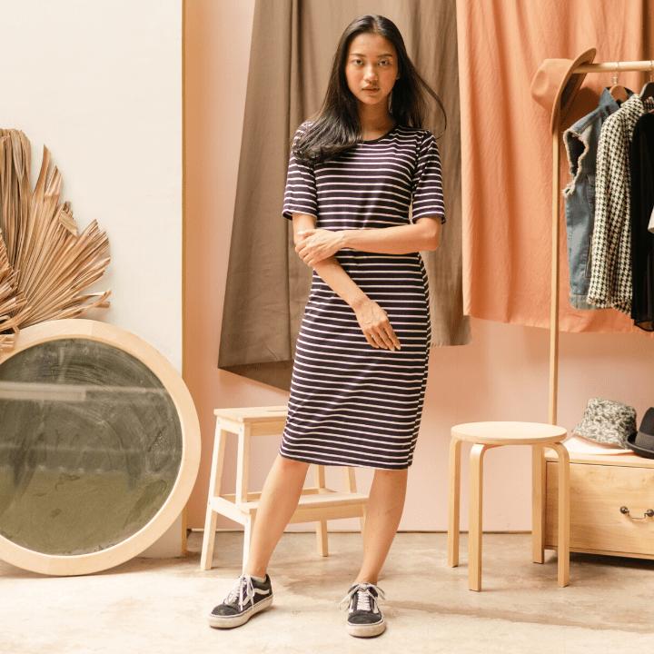 Jeune vendeuse en BTS MCO dans un magasin textile à Rennes