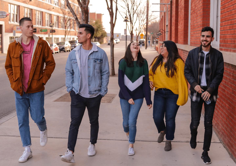 Groupe d'étudiants qui sort dans les rues de rennes
