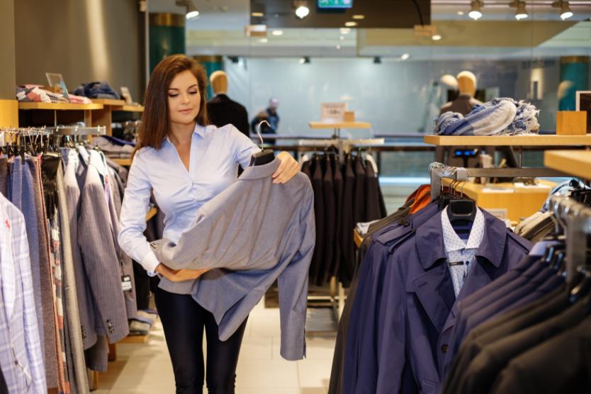 étudiante en alternance conseillant la clientèle en boutique de prêt à porter